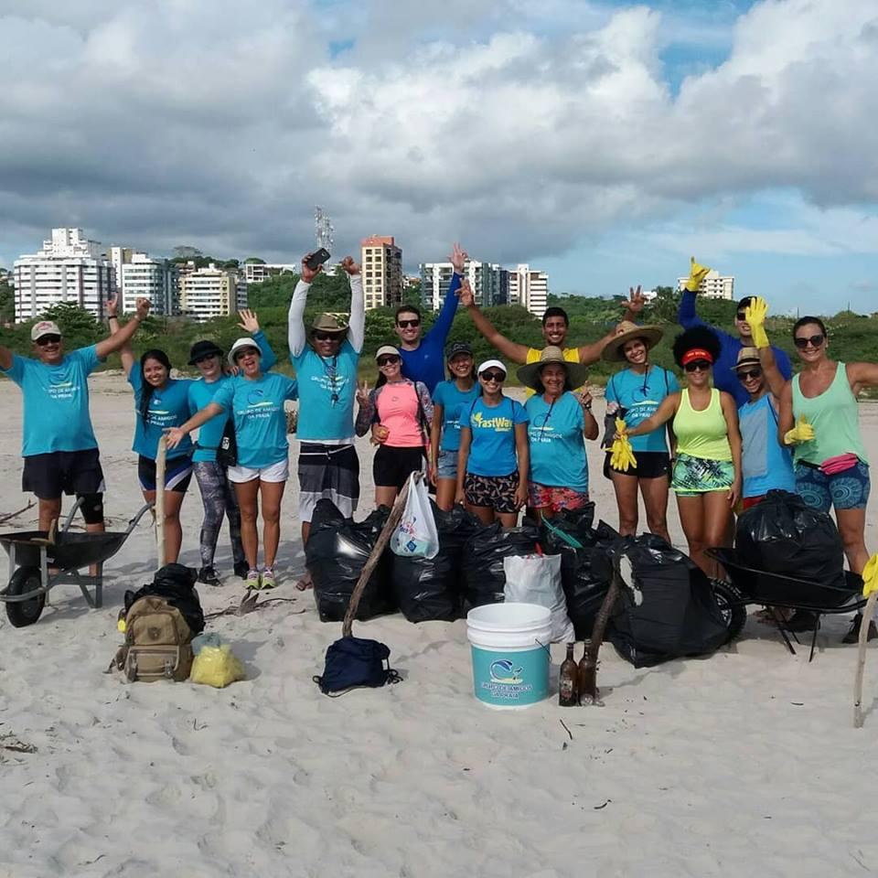 Voluntários do Grupo de Amigos da Praia (GAP), em Ilhéus, na Bahia